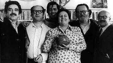 De izquierda a derecha, Gabriel García Márquez, Jorge Edwards, Mario Vargas Llosa, José Donoso y Ricardo Muñoz Suay junto a Carmen Balcells, en Barcelona en 1974.