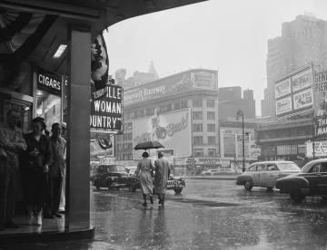 Una pareja camina por Broadway un día lluvioso en Nueva York.