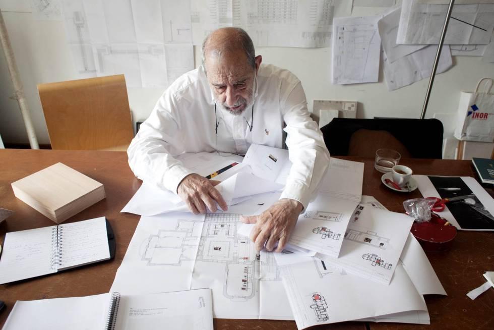 El arquitecto Álvaro Siza, en su estudio con los planos de la exposición.