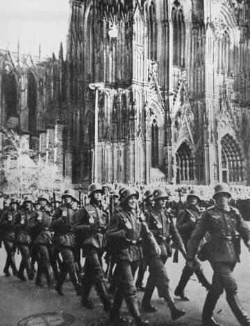Soldados alemanes marchan por el centro de Colonia en  1936.