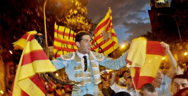 El torero catalán Serafín Marín llevado a hombros por la Gran Via de Barcelona en 2010.