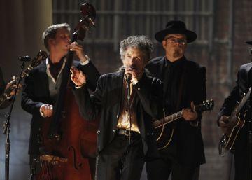 Bob Dylan no dice ni una palabra del Nobel durante su concierto