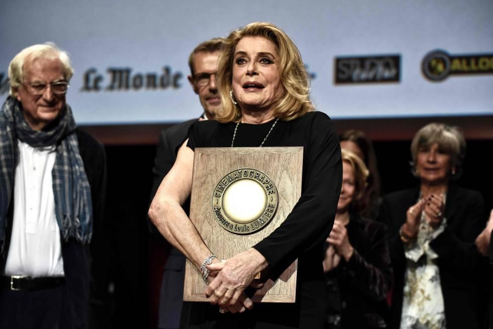 Catherine Deneuve recibe el premio Lumiere, en Lyon.