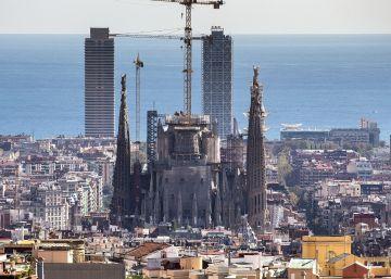La Sagrada Familia trepa por el cielo de Barcelona