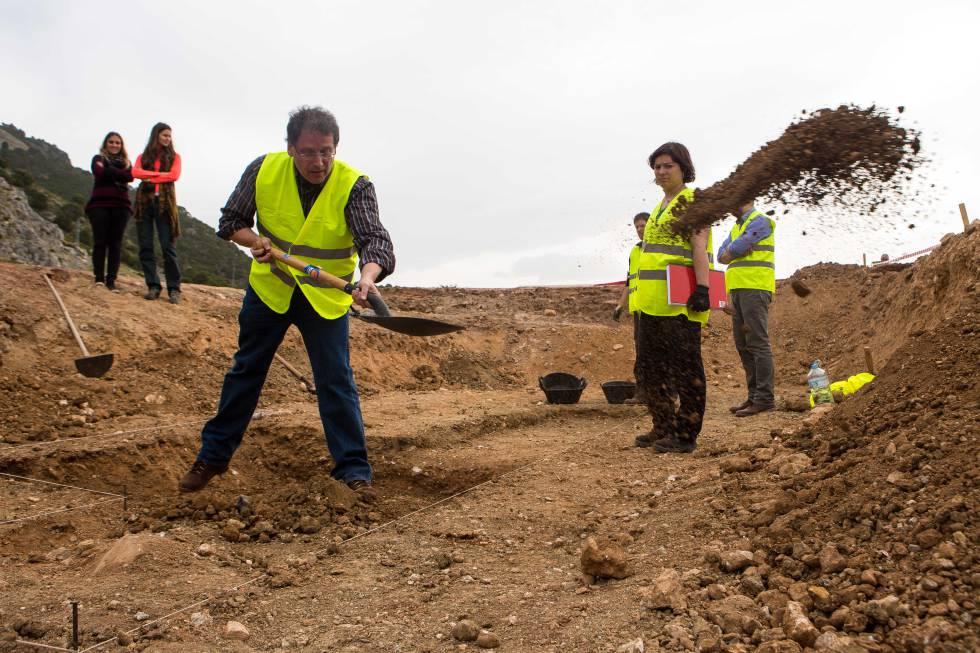 Unos arqueólogos trabajando en noviembre de 2014 en la zona donde, según varios falangistas, fue enterrado el poeta Federico García Lorca, un paraje conocido como Peñón Colorado, en Alfácar (Granada).