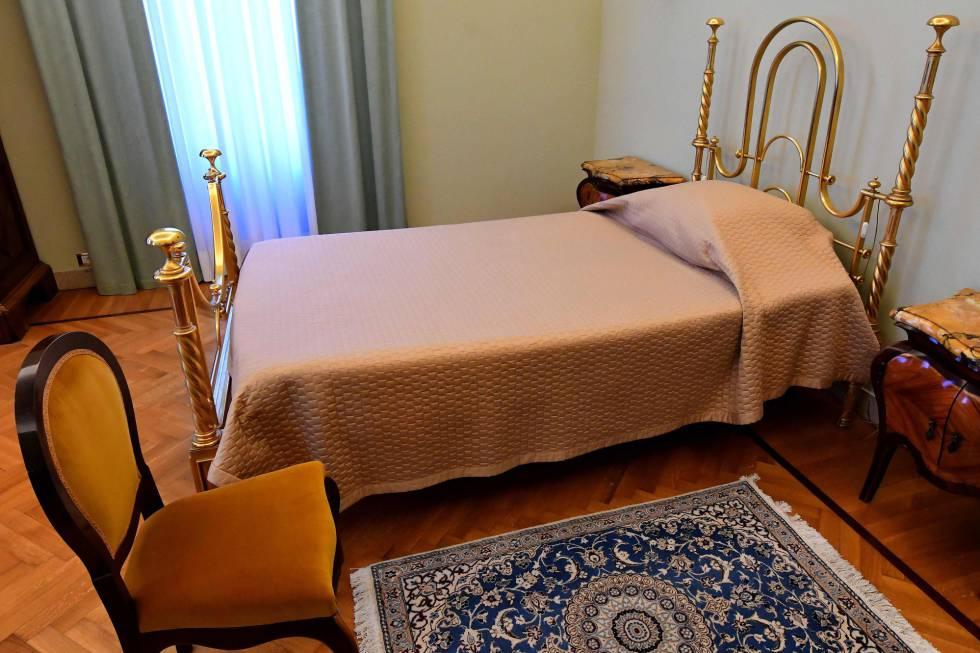 El dormitorio del Papa que sorprende por su austeridad.