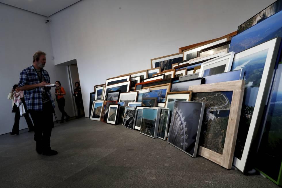 'Política hidráulica' (2004-2010), instalación compuesta por 98 fotografías del artista Ibon Aranberri.