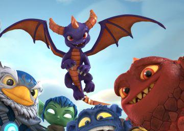 De izquierda a derecha: Eon (doblado en la versión original por Chris Diamantopoulos), Jet Vac (Jonny Rees), Stealth Elf (Ashley Tisdale), Pop Fizz (Bobcat Goldthwait), Eruptor (Jonathan Banks) y Spyro (Justin Long) volando.