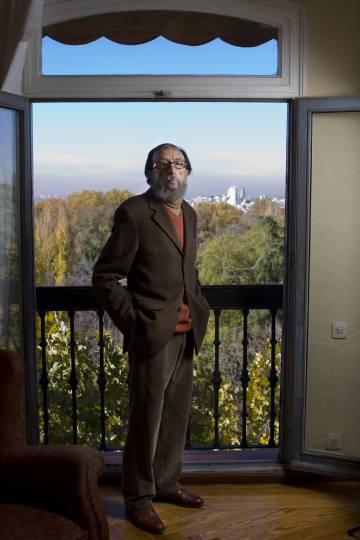 El escritor Juan Eduardo Zúñiga, en su casa de Madrid, en 2010.