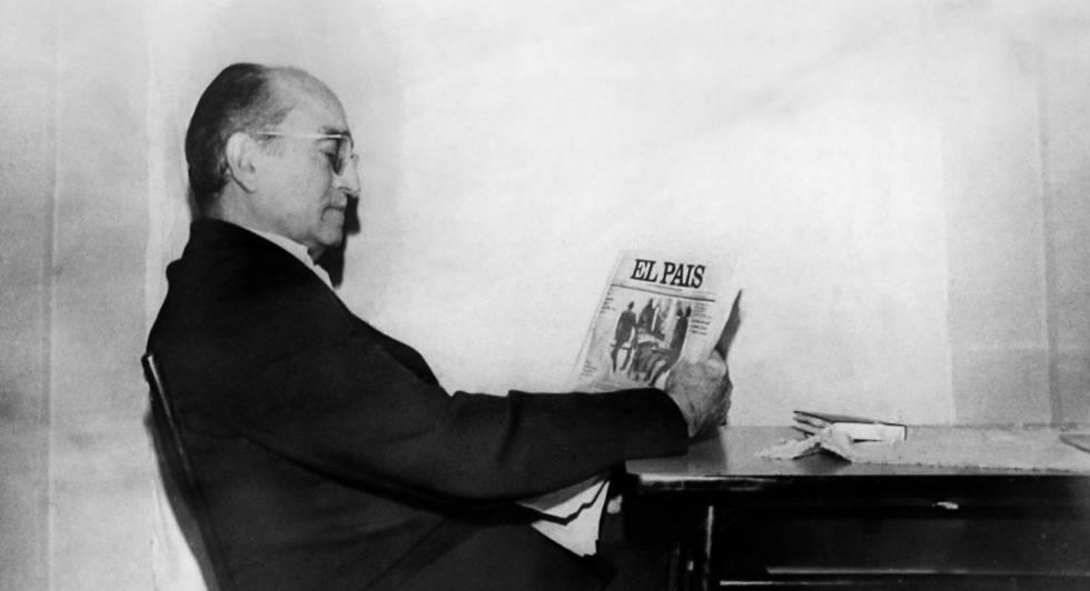 Antonio María de Oriol lee EL PAÍS durante su secuestro por los GRAPO.