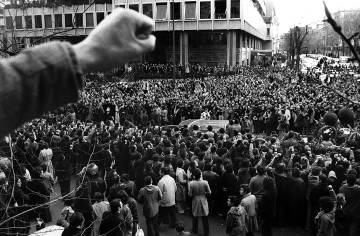 Una multitud acompaña el féretro de uno de los abogados asesinados en Atocha.