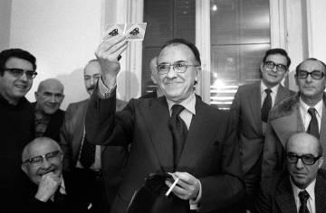 Santiago Carrillo muestra su carné del PCE el 10 de diciembre de 1976, tras su regreso a España.
