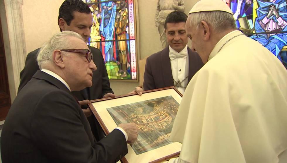 Martin Scorsese y Gastón Pavlovich entregan un regalo al Papa.