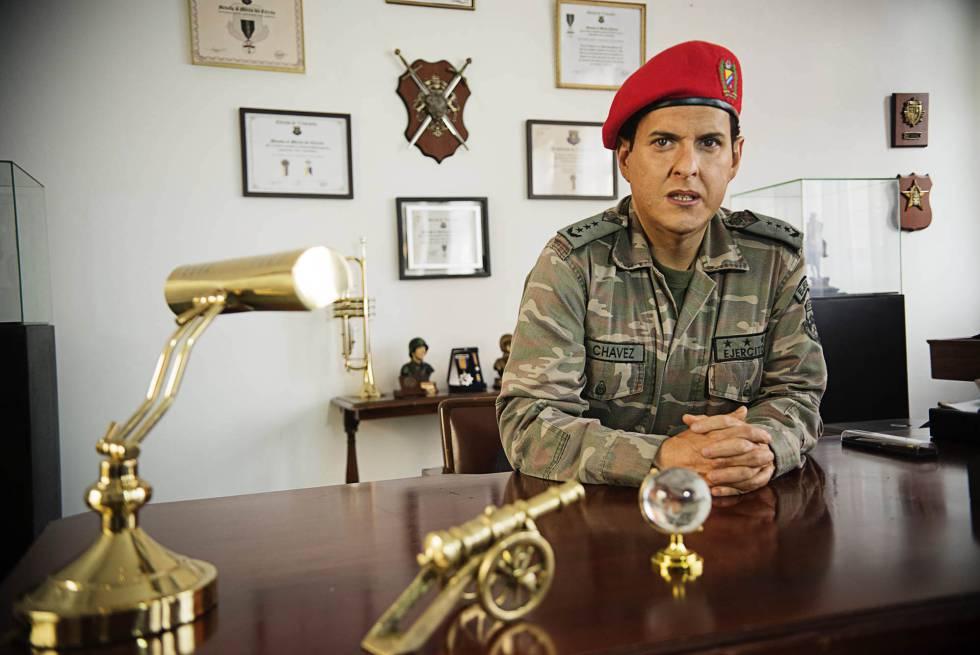 El actor colombiano Andrés Parra, caracterizado de Chávez.