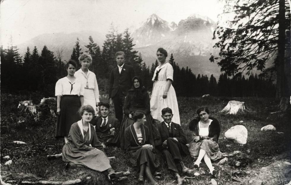 Franz Kafka, sentado a la derecha con invitados.