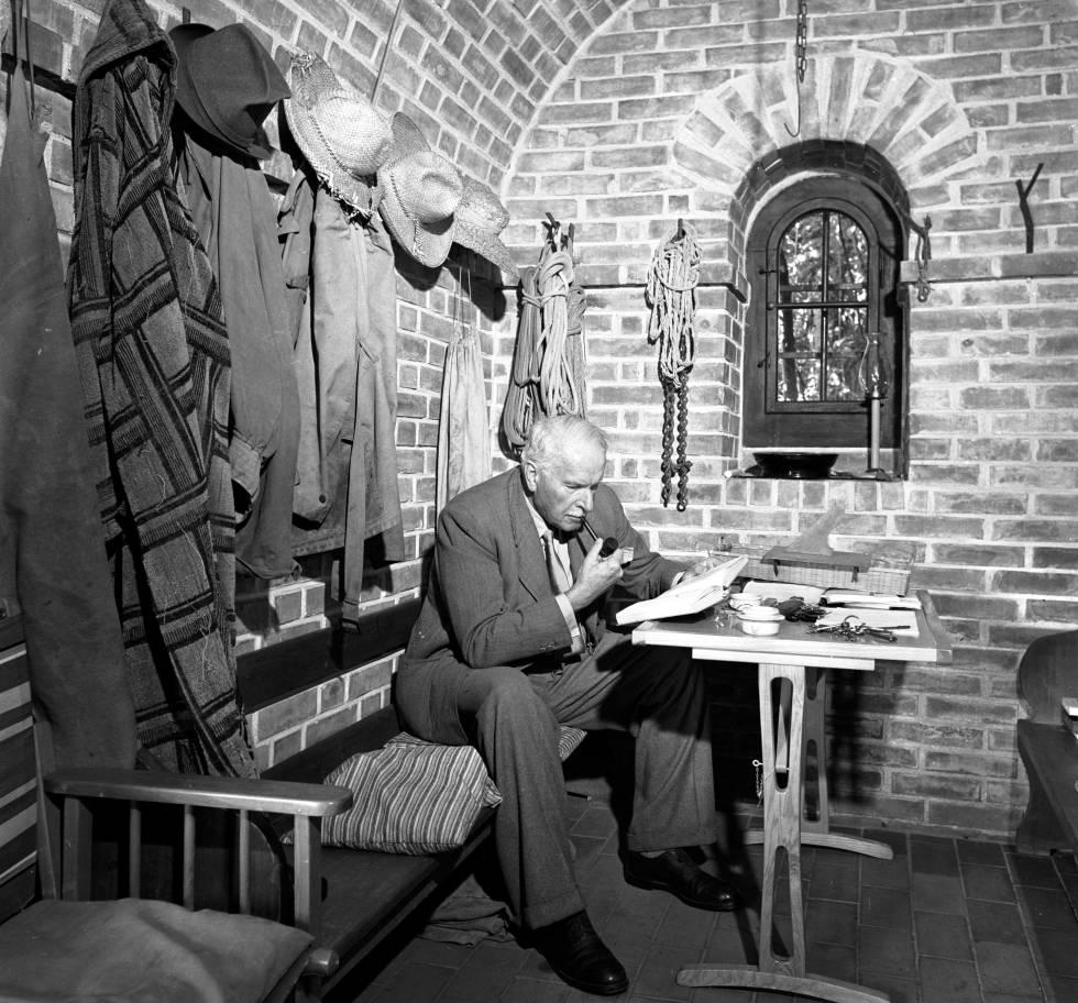 Carl Jung lee en su casa en Küsnacht (Suiza) en 1949.