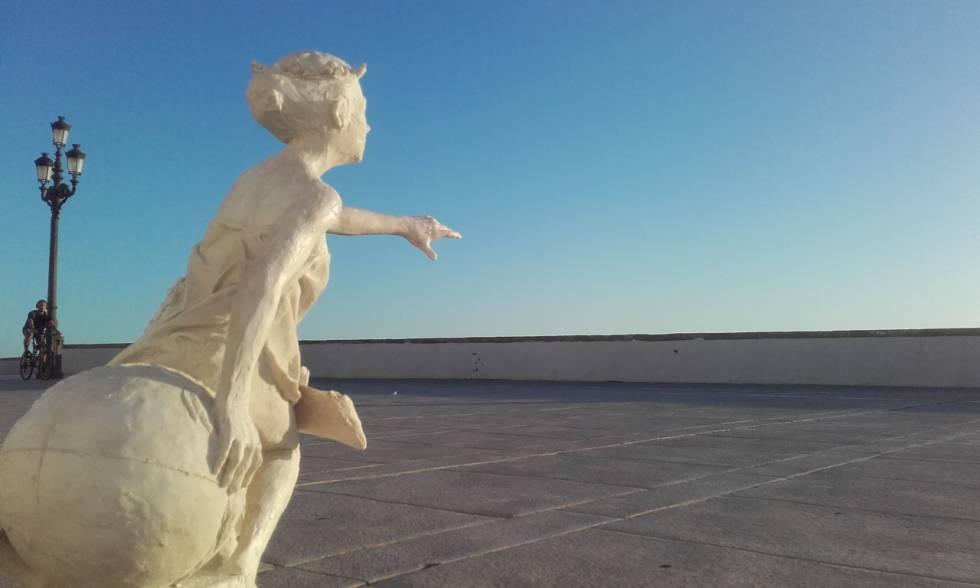 Escultura de homenaje al Meridiano de Cádiz, ubicada en el Campo del Sur, por donde transcurría esta línea imaginaria.