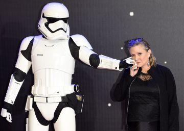 """Carrie Fisher, la princesa Leia, se mantiene """"estable"""" tras sufrir un infarto en un avión"""