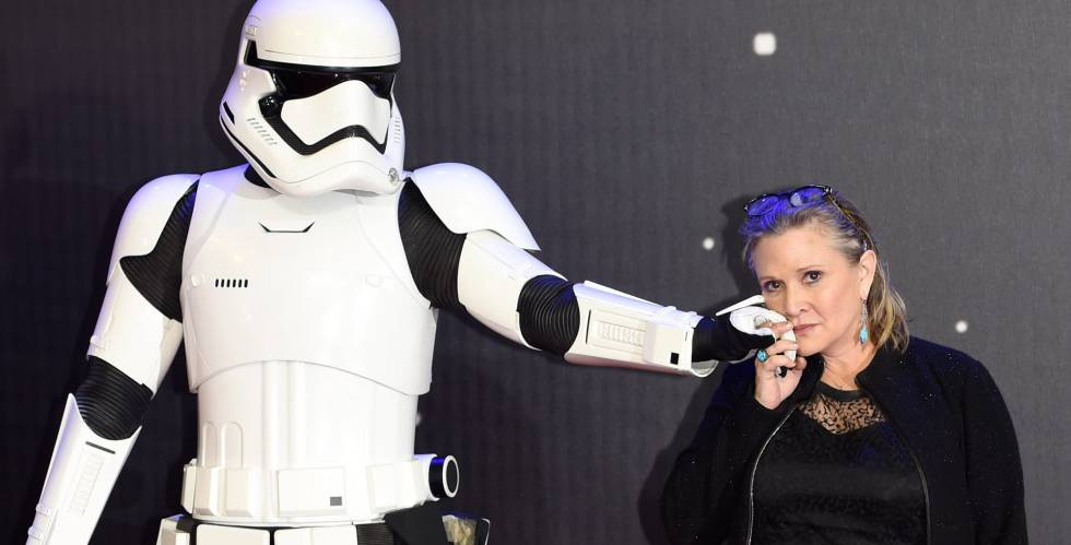 La actriz Carrie Fisher, junto a un soldado imperial de Star Wars.