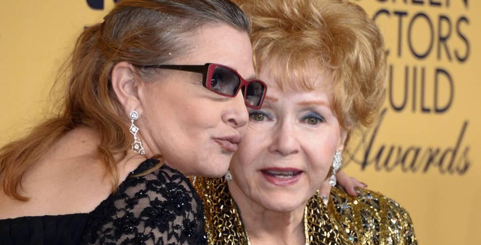 Carrie Fisher y su madre Debbie Reynolds, en enero del pasado año.