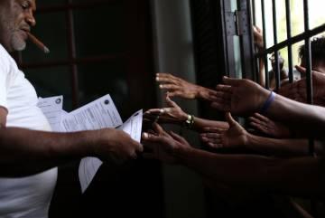 Un hombre entrega las predicciones del año durante el acto en la Asociación Cultural Yoruba en La Habana.