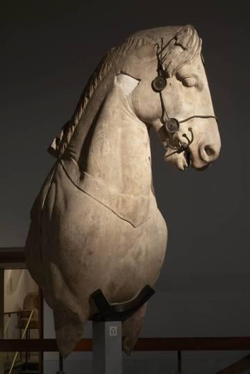 Uno de los fragmentos del Mausoleo de Halicarnaso custodiados en el British Museum.