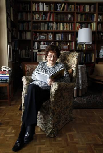 La poeta barcelonesa Angelina Gatell, en su casa de Madrid en 2012.