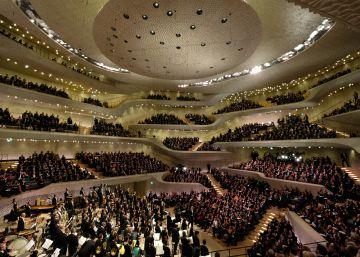 Un auditorio portentoso atraca en el puerto de Hamburgo