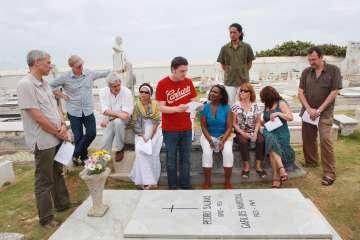 Kirmen Uribe lee poemas de Pedro Salinas ante un grupo de escritores durante un homenaje en el cementerio del viejo San Juan de Puerto Rico en 2013.