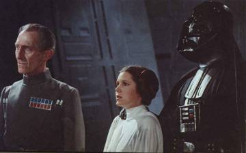 Peter Cushing (esquerda) foi recriado digitalmente em 'Rogue One'.