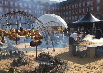 """Un gran asado llena de """"argentinidad"""" la Plaza Mayor"""