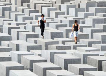 El creador de Yolocaust retira parte de las 'selfies' de turistas en el Memorial del Holocausto de Berlín