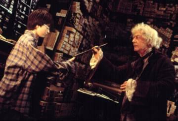 John Hurt en una escena de la película 'Harry Potter y la piedra filosofal'.
