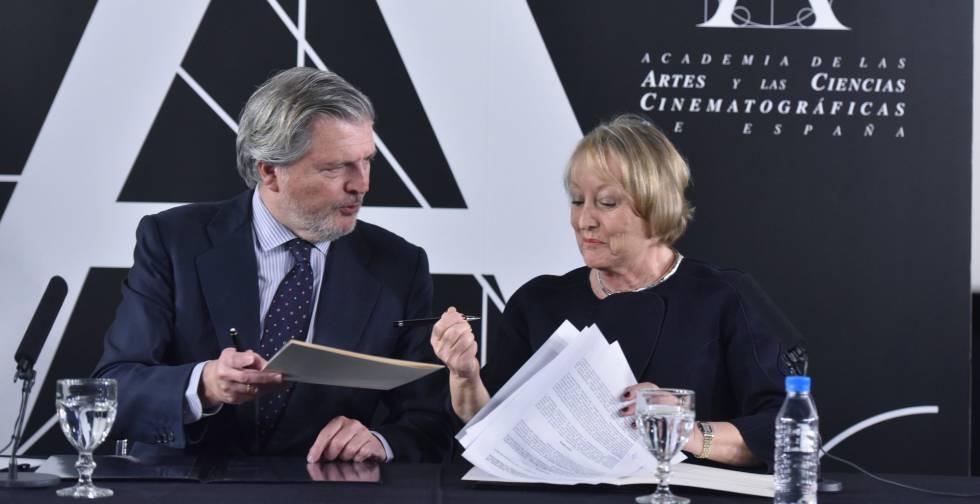El ministro de Educación, Cultura y Deporte, Íñigo Méndez de Vigo, junto a la presidenta de la Academia de Cine, Yvonne Blake, durante la firma de un acuerdo de colaboración para la promoción nacional e internacional del cine español, esta tarde en la sede de la Academia en Madrid.