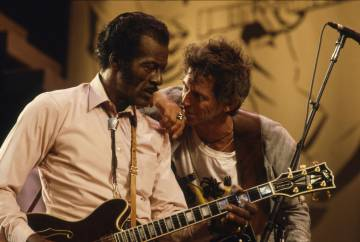 Chuck Berry y Keith Richards durante el rodaje del documental 'Hail! Hail! Rock'n'Roll', estrenado en 1987.