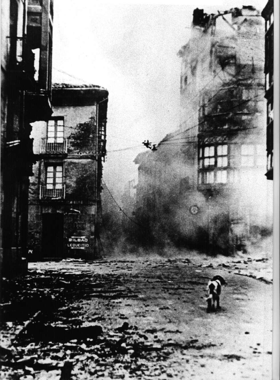 Gernika, tras ser bombardeada por la Legión Condor.