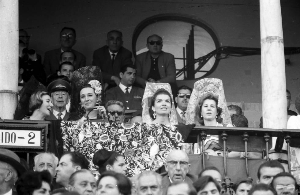 Jacqueline Kennedy, en el palco junto a la condesa de Romanones y la duquesa de Alba, en 1966.