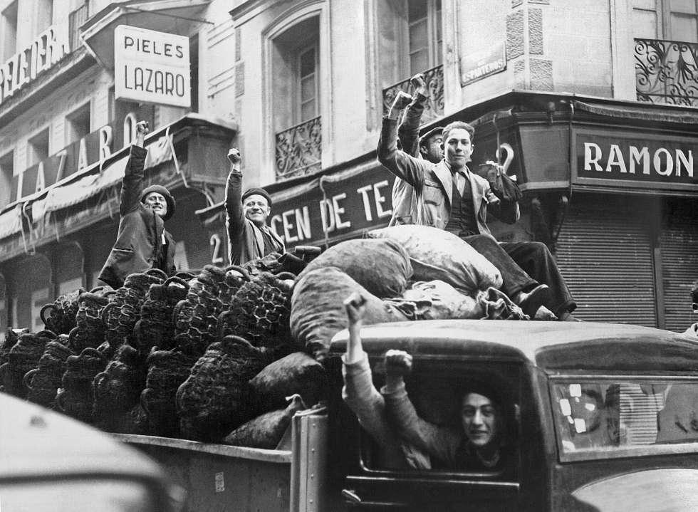Un grupo de trabajadores celebra el triunfo del Frente Popular en las elecciones de 1936.