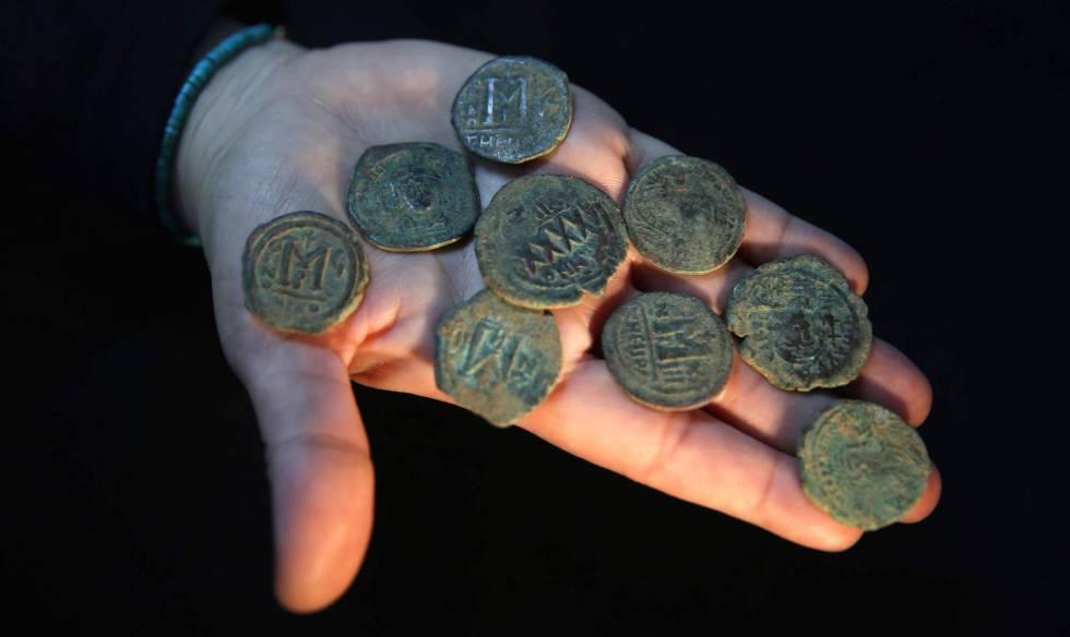 A arqueóloga Annette Landes-Nagar mostra algumas moedas da época do Império Bizantino.