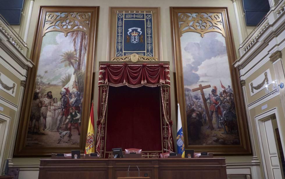 La mesa presidencial del Parlamento canario y los lienzos de la discordia: 'La entrega de princesa' (izquierda) y 'La fundación de las Santa Cruz de Tenerife'.