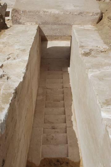 Foto del pasillo de la pirámide descubierta este lunes en Egipto.