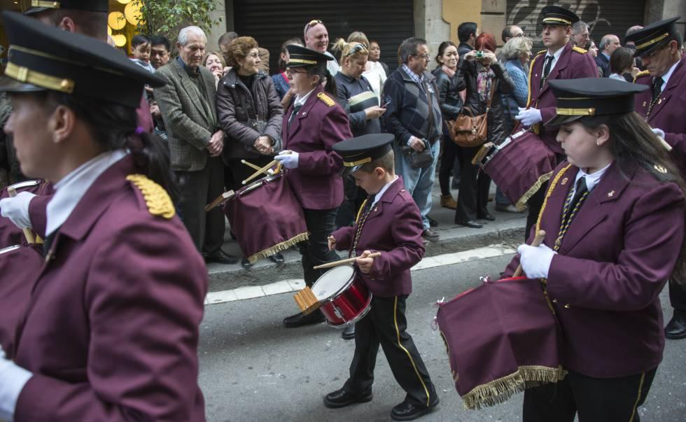Tamborileros de todas las edad, durante la Semana Sana en Barcelona.