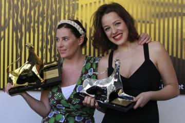 Milagros Mumenthaler, a la izquierda, en 2011 con el Leopardo de Oro por 'Abrir puertas y ventanas'.