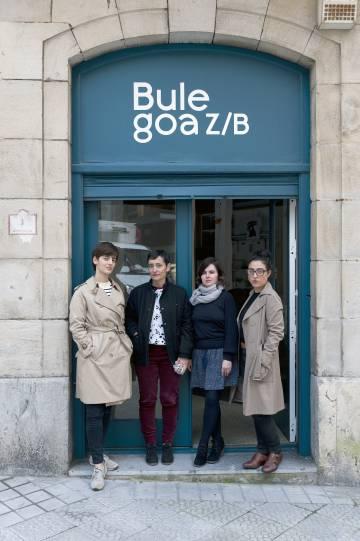 Beatriz Cavia, Isabel de Naverán, Miren Jaio y Leire Vergara, en la puerta de Bulegoa zb.