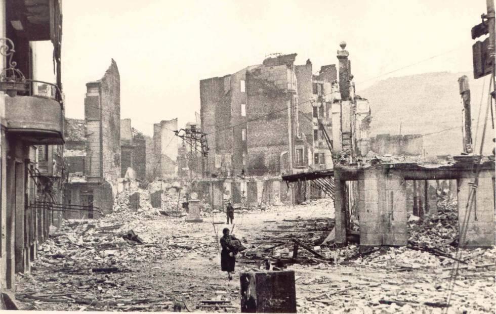 Una imagen de Gernika, tras el bombardeo del 26 de abril de 1937. rn rn rn