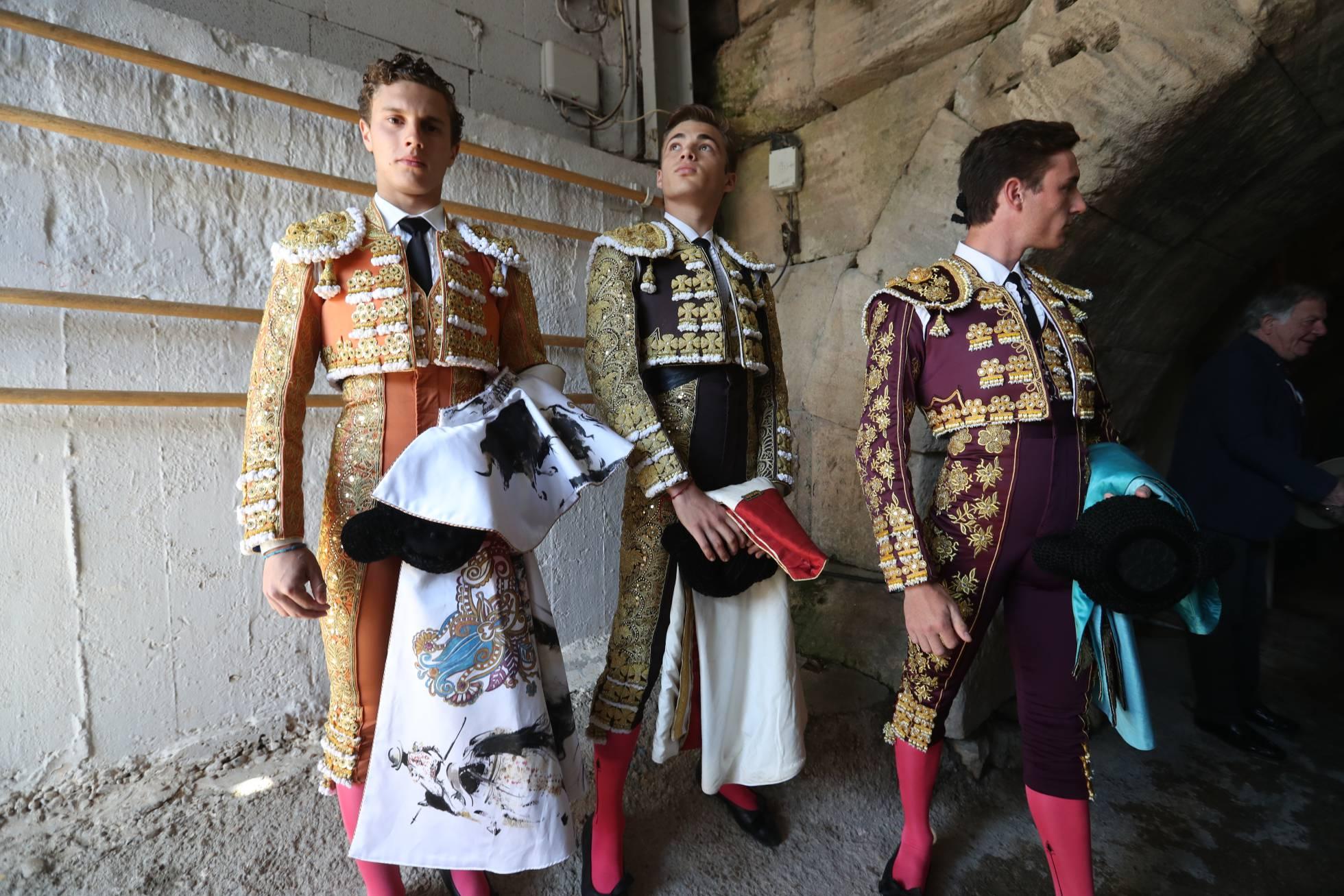 FOTOGALERÍA. Desde la izquierda, los toreros Adrien Salenc, Andy Younes y Tibo García en el anfiteatro de Arles.