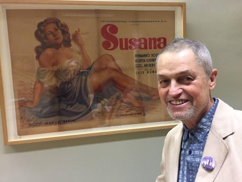 Jonathan Demme, en su última visita en la Filmoteca ante un cartel de 'Susana', de Luis Buñuel.