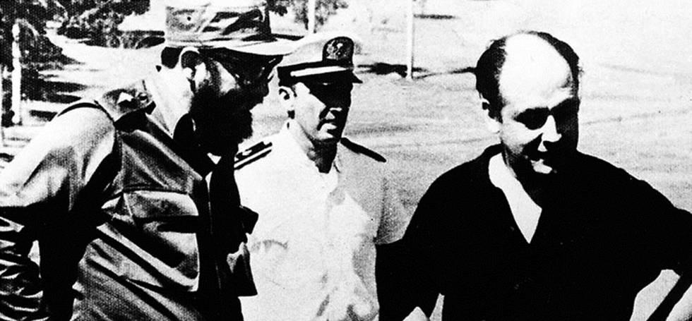 Fidel Castro y el escritor Jorge Edwards junto a un militar jugando al golf.