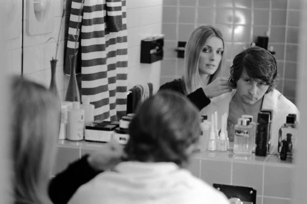 Sharon Tate corta el pelo de su marido, Roman Polaski, en su casa de Londres en 1968.
