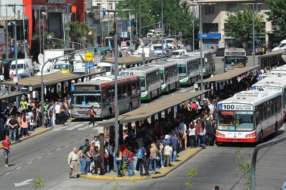 Cientos esperan por un lugar en el autobus, en Plaza Constitución.